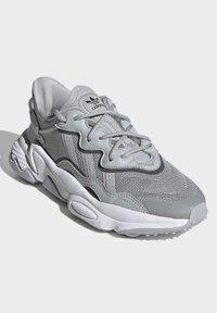 adidas Originals - OZWEEGO SHOES - Sneaker low - grey - 3
