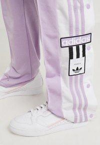 adidas Originals - ADIBREAK PANT - Träningsbyxor - purple glow - 4