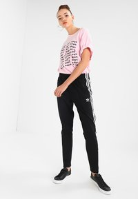 adidas Originals - Pantalon de survêtement - black - 1