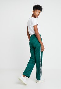 adidas Originals - TRACK PANTS - Teplákové kalhoty - collegiate green - 2