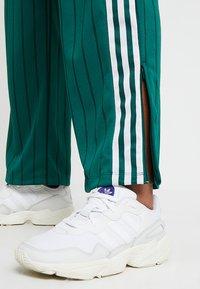 adidas Originals - TRACK PANTS - Teplákové kalhoty - collegiate green - 5