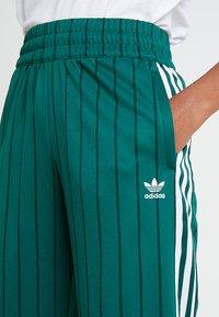 adidas Originals - TRACK PANTS - Teplákové kalhoty - collegiate green - 3