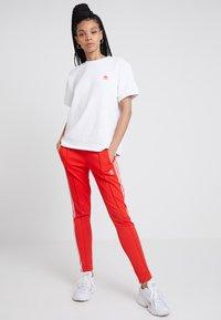 adidas Originals - TRACK PANT - Teplákové kalhoty - active red - 1