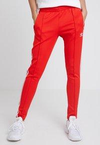 adidas Originals - TRACK PANT - Teplákové kalhoty - active red - 0