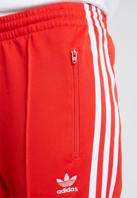 adidas Originals - TRACK PANT - Teplákové kalhoty - active red - 4
