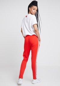 adidas Originals - TRACK PANT - Teplákové kalhoty - active red - 2