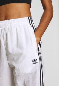 adidas Originals - LOCK UP ADICOLOR NYLON TRACK PANTS - Joggebukse - white - 5