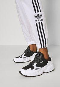 adidas Originals - LOCK UP ADICOLOR NYLON TRACK PANTS - Joggebukse - white - 3