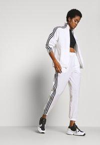 adidas Originals - LOCK UP ADICOLOR NYLON TRACK PANTS - Joggebukse - white - 1