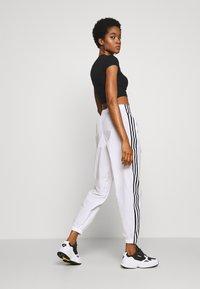 adidas Originals - LOCK UP ADICOLOR NYLON TRACK PANTS - Joggebukse - white - 2