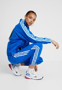 adidas Originals - LOCK UP ADICOLOR NYLON TRACK PANTS - Spodnie treningowe - bluebird - 3