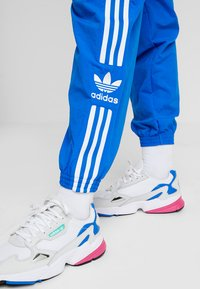 adidas Originals - LOCK UP ADICOLOR NYLON TRACK PANTS - Spodnie treningowe - bluebird - 4