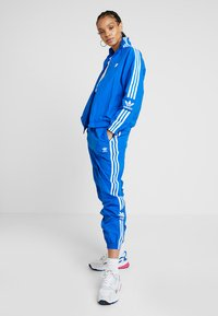 adidas Originals - LOCK UP ADICOLOR NYLON TRACK PANTS - Spodnie treningowe - bluebird - 1