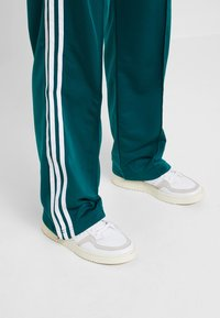 adidas Originals - FIREBIRD - Jogginghose - noble green - 6