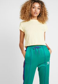 adidas Originals - TRACK PANTS - Verryttelyhousut - bold green - 3