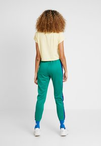adidas Originals - TRACK PANTS - Verryttelyhousut - bold green - 2