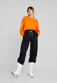 adidas Originals - BELLISTA 3 STRIPES PANTS - Träningsbyxor - black