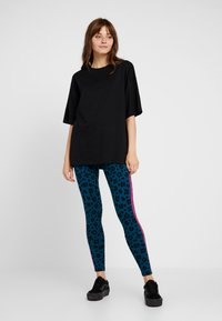 adidas Originals - BELLISTA ALLOVER PRINT TIGHT - Leggings - tech mineral/black
