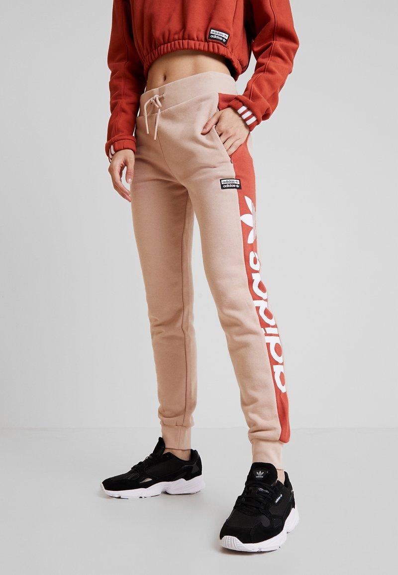 adidas Originals - CUF PANT - Pantalon de survêtement - ash pearl/shift orange