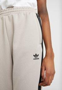 adidas Originals - TRACK PANTS - Pantalon de survêtement - vapour grey - 3