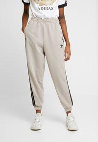 adidas Originals - TRACK PANTS - Pantalon de survêtement - vapour grey - 0