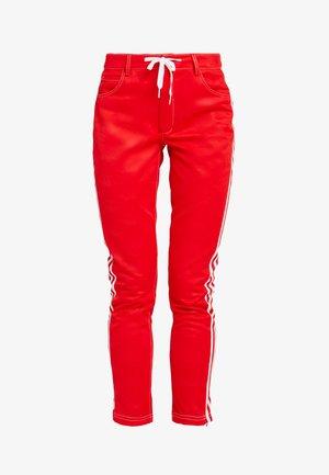 TRACKPANT - Teplákové kalhoty - red