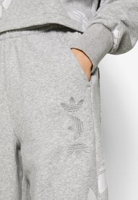 adidas Originals - LARGE LOGO PANT - Tracksuit bottoms - mgreyh/white - 5