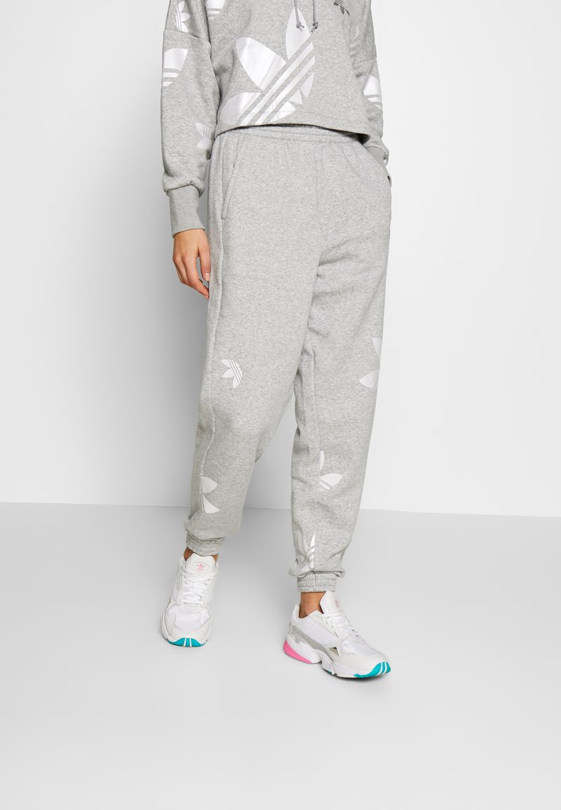 adidas Originals - LARGE LOGO PANT - Tracksuit bottoms - mgreyh/white