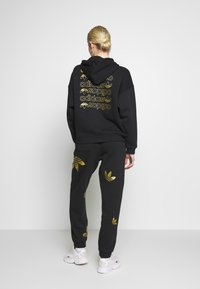 adidas Originals - LARGE LOGO PANT - Trainingsbroek - black/gold - 2