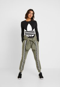 adidas Originals - CUFF PANT - Trainingsbroek - legacy green - 1