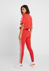 adidas Originals - TIGHT - Legíny - lush red/white - 2