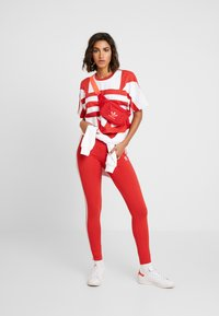 adidas Originals - TIGHT - Legíny - lush red/white - 1
