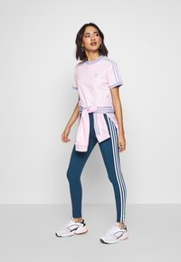 adidas Originals - TIGHT - Legging - night marine/white - 1