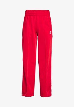 TRACK PANTS - Teplákové kalhoty - scarlet