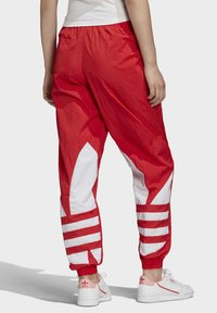 adidas Originals - BIG LOGO TRACKSUIT BOTTOMS - Träningsbyxor - red - 1