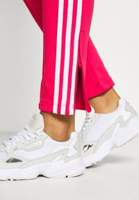 adidas Originals - PANTS - Joggebukse - power pink/white - 3