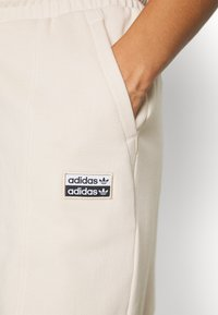 adidas Originals - REGULAR JOGGER - Tracksuit bottoms - linen - 5
