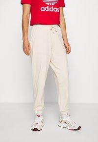 adidas Originals - REGULAR JOGGER - Tracksuit bottoms - linen - 0