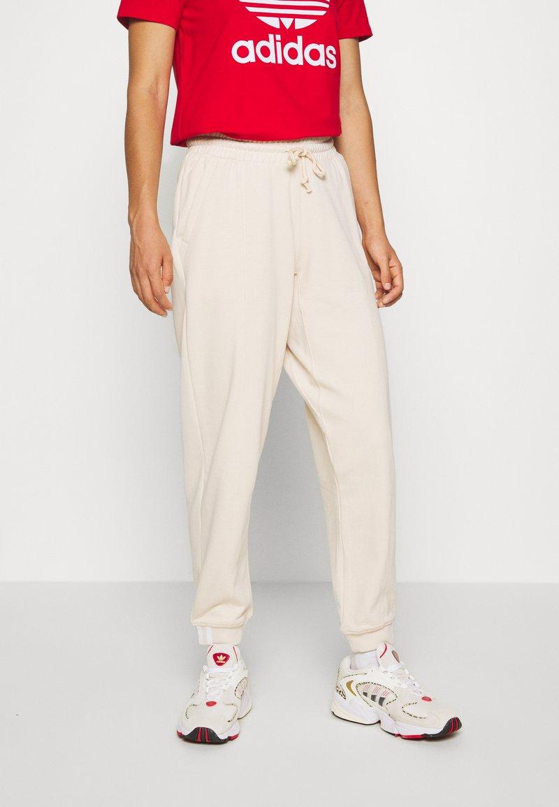adidas Originals - REGULAR JOGGER - Tracksuit bottoms - linen