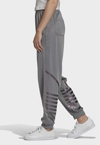 adidas Originals - LARGE LOGO TRACKSUIT BOTTOMS - Trainingsbroek - grey - 3