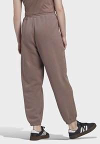adidas Originals - CUFFED JOGGERS - Joggebukse - brown - 2