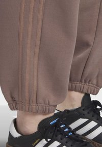 adidas Originals - CUFFED JOGGERS - Joggebukse - brown - 6