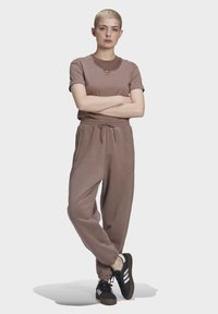 adidas Originals - CUFFED JOGGERS - Joggebukse - brown - 1