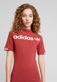 adidas Originals - TEE DRESS - Pouzdrové šaty - mystery red - 3
