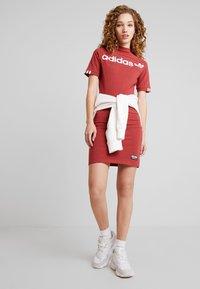 adidas Originals - TEE DRESS - Pouzdrové šaty - mystery red - 1