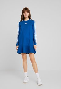 adidas Originals - BELLISTA 3 STRIPES T-SHIRT DRESS - Blusenkleid - tech mineral
