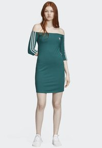 adidas Originals - OFF-THE-SHOULDER DRESS - Jerseykjole - green - 1