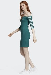 adidas Originals - OFF-THE-SHOULDER DRESS - Jerseykjole - green - 3