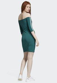 adidas Originals - OFF-THE-SHOULDER DRESS - Jerseykjole - green - 2