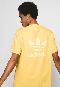 adidas Originals - ADICOLOR TREFOIL DRESS - Jersey dress - core yellow/white - 3